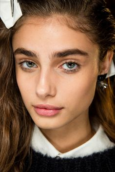 See beauty photos for anthony vaccarello spring 2015 ready-to-wear collecti Beauty Skin, Beauty Makeup, Hair Makeup, Hair Beauty, Makeup Stuff, Makeup Ideas, Taylor Marie Hill, No Make Up Make Up Look, Thick Eyebrows
