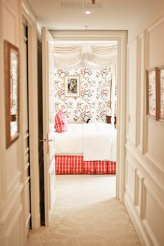 Discover our marvelous English Suite, evoking century London apartments. Elegant and rich, the perfect stay in Paris at Four Seasons Hotel George V. Four Seasons Hotel, Best Interior, Interior Design, Interior Doors, Hotels In France, Hotel Carpet, Dream Bedroom, Bedroom Retreat, Pretty Bedroom