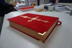 Boekhoekjes op het sinterklaasboek met oud papier als pagina's en zachte rode fleece stof Formaat rood boek van sinterklaas tussen a5 en a4 -