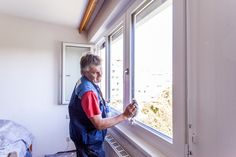 Glasreinigung durch einen Mitarbeiter von Fenster-Schmidinger aus Gramastetten in Oberösterreich.   #Fenstersanierung #Linz #ÖNORM #B5320