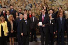 SM el Rey Felipe VI recibió a una representación del Real Instituto de Estudios Europeos. 11-05-2016