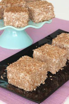 Ljuvliga, fluffiga skumrutor täckta med kokos, som fullkomligt smälter i munnen. Baking Recipes, Cake Recipes, Dessert Recipes, Bagan, Sandwich Cake, Dessert For Dinner, Love Cake, Something Sweet, Different Recipes