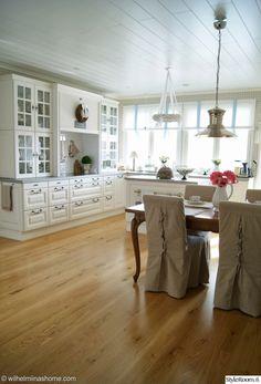 keittiö,ruokailutila,saareke,romanttinen,maalaisromanttinen,kattovalaisin,koristeellinen,tyylikäs