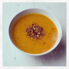 Butternusskürbis Suppe mit Macadamia Dukkah