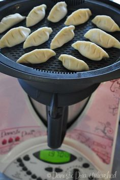Domestic Diva: Failsafe Chinese Dumplings and chive pancakes with dipping sauce. Includes dough recipe for dumplings. Steamed Dumplings, Chinese Dumplings, Dumplings Chinois, Bellini Recipe, Cooking Chinese Food, Chicken Spring Rolls, Brunch, Snacks, Light Recipes