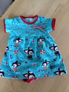 Une robe en jersey pour les bébés avec body intégré, proposé par Scnnabelina . Ce modèle est réalisable en version manches longues, avec une option leggings pour l'hiver. Le patron est disponible de la taille 50 à 92. Le tutoriel (en allemand, voir lexique...