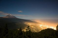 Solo en Canarias se pueden ver estampas como esta. El Teide al anochecer
