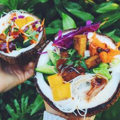 the-peachy-pear:  LUNCH from the other day - coconut bowls with rice noodles, mango, tofu, fresh veg and hoisin dressing  Would literally eat this every day if I could