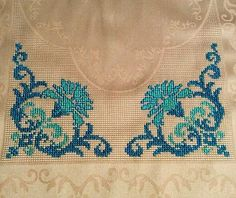 Cross Stitch Borders, Cross Stitch Flowers, Cross Stitch Patterns, Mantel Azul, Table Covers, Handmade Bags, Fiber Art, Diy And Crafts, Bargello