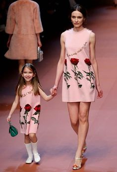 Dolce & Gabanna propusieron en la primera parte del desfile vestidos cortos típicos de los años sesenta de colores pastel azules y rosas, algunos de ellos decorados con en oro y rojo con enormes rosas  AP