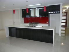 Red kitchen: rappel du rouge par les plafonniers