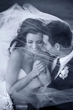 Pure romance! We love this sweet black & white photo.