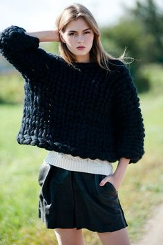 Trendy knitwear for her Chunky knit. Giant Knitting, Chunky Knitting Patterns, Big Knits, Thick Sweaters, Knitwear Fashion, Cardigan, Knitted Blankets, Sweat Shirt, Pulls