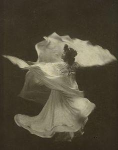 Loie Fuller in La danse blanche by Taber-San Francisco, c.1898