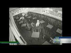 Le immagini si riferiscono all'episodio avvenuto lo scorso 8 novembrenella discoteca La Barrade la 44 Club di Cali, ma il video è stato http://tuttacronaca.wordpress.com/2013/12/03/il-video-del-massacro-in-discoteca-aprono-il-fuoco-in-pista-8-morti/