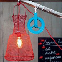 Une lampe dans une nasse de pêcheur