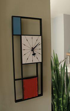 in stile mondrian Wooden Wall Art, Wood Art, Casa Pop, Mondrian Art, Bauhaus, Displays, Cool Clocks, Modern Clock, Wall Clock Design