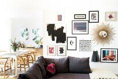 """Tips para hacer tu propia galería de pared en casa. Sofá gris. Cojín. Cuadros. Espejo decorativo """"Sol"""". Comedor. Sillas. Encuentra dónde comprar este diseño y Producto en Colombia."""