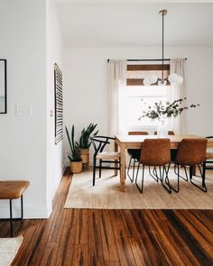 30 Charming Wooden Floor For Dining Room Design Ideas - Hardwood flooring can bring charm and class to any house. Whether it is the bedroom, the living room, or the dining room, hardwood flooring can easily. Dining Room Inspiration, Home Decor Inspiration, Decor Ideas, Dinning Room Ideas, Design Inspiration, Boho Living Room, Home And Living, Living Area, Cozy Living