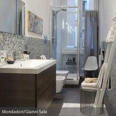 Platzsparend und dennoch stilvoll aufeinander abgestimmt: Die Einrichtung zeigt, wie auch in einem schmalen Badezimmer alles seinen Platz finden kann. Der …
