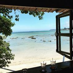 カウンター席からの眺めは最高!目の前にはエメラルドグリーンに輝く海がどこまでも続いています。まるで絵の中に迷い込んだ様に美しい景色ですね。 Cafe Shop, Okinawa, Nice View, Scenery, Shops, Japanese, Island, Beach, Frame