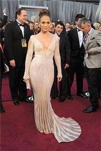 Jennifer Lopez fashion is amazing. She wore a white bodycon gown. By the way, Jennifer Lopez dress is a wonderful idea for wedding dresses. Oscar Gowns, Oscar Dresses, Celebrity Pictures, Celebrity Style, Oscars 2012, Jennifer Lopez Dress, Red Carpet Dresses, Beautiful Gowns, Beautiful People