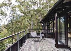 Dangar Island Vacation Home With Wooden Terrace – Design. Australian Holidays, Australian Homes, Australian Bush, Wooden Terrace, Wood Patio, Airbnb Australia, Outdoor Spaces, Outdoor Living, Terrasse Design