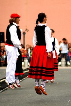 Lookalike the sort of dance I could do. Bilbao, International Clothing, Folk Dance, Basque Country, Beautiful Costumes, Folk Costume, My Heritage, France, People Of The World