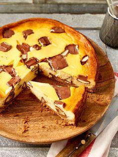 Für diesen super leckeren Käsekuchen zum Niederknien werden 10 Kinder Riegel in Stücke geschitten und unter die Quarkmasse gerührt. Toll!