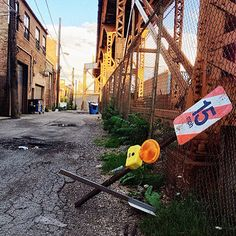 #ChicagoAlley in #Bucktown, Aug. 30, © 2014 KH. #IGersChicago #VSCO #S3 #iPhoneography #ChicagoShots #city #tracks #fence #sign #alley #passage #perspective #Chigram #latergram