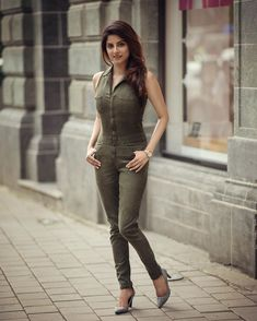 8 Casual Outfits You Should Wear To Look Younger - The Finest Feed Stylish Girls Photos, Stylish Girl Pic, Girl Photos, Most Beautiful Indian Actress, Beautiful Girl Indian, Sexy Jeans, Poses Modelo, Stylish Dress Designs, Girl Fashion