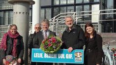 Lijsttrekker Harry Voss heeft deze week een bos gifvrije bloemen overhandigd aan de Apeldoornse burgemeester John Berends
