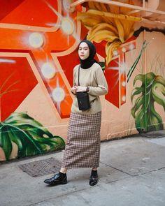 Mar 2020 - vintage outfits hijab / vintage outfits & vintage outfits & vintage outfits men & vintage outfits classy & vintage outfits retro & vintage outfits hijab & vintage outfits for women & vintage outfits winter Casual Hijab Outfit, Hijab Chic, Ootd Hijab, Street Hijab Fashion, Muslim Fashion, Skirt Fashion, Hijab Fashion Inspiration, Vintage Outfits, Fasion