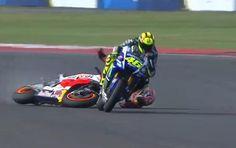 Rossi supera Marquez che non cede il passo e cade rovinando la sua gara