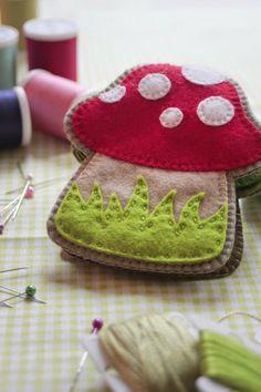 Felt mushroom needle book Maybe make it an owl? Felt Diy, Felt Crafts, Fabric Crafts, Sewing Crafts, Needle Case, Needle Book, Diy Laine, Felt Mushroom, Tween Gifts