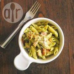 Maak traditionele pesto romig door de toevoeging van avocado! Heerlijk met pasta!