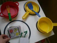 DOOSMOMENT: Je laat het kindje vrij spelen met speelgoed keukenmateriaal die in verschillende kleuren zijn.