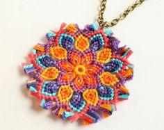 Macramè mandala flor collar boho hippie raquellogs por KnottedWorld