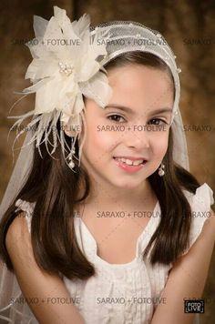 Tocado saraxo tiara en tul.con.flor de tela y plumas