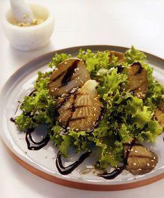 Πράσινη σαλάτα με ψητά μανιτάρια και σουσάμι!