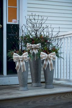 Easy DIY Christmas Decorations Ideas for Your Front Yard – Outdoor Christmas Lights House Decorations Christmas Planters, Christmas Porch, Country Christmas, Winter Christmas, Christmas Lights, Christmas Wreaths, Christmas Crafts, Winter Porch, Christmas Ornament