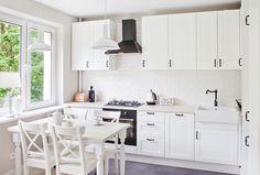 Amenajare moderna in care albul este vedeta - imaginea 1 Interior Design Kitchen, Sweet Home, Kitchen Cabinets, Modern, Table, Furniture, Home Decor, Kitchen Ideas, Pin Up