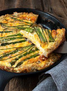 Hashbrown Crust Asparagus Quiche. // quiche recipe // brunch recipe // hash browns
