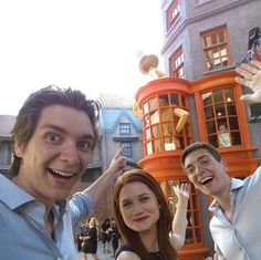 Bonnie Wright ( Ginny Weasley ) James et Oliver Phelps ( Fred et George Weasley ) Harry Potter World, Parque Do Harry Potter, Photo Harry Potter, Gina Harry Potter, Memes Do Harry Potter, Fans D'harry Potter, Mundo Harry Potter, Harry Potter Pictures, Harry Potter Universal