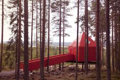 Name: The Blue Cone Tree Hotel Location: Harads (Sweden) Source : treehotel Photo: Graeme Richardson The Blue Cone is based on simplicity and accessibility, both in terms of material and design. Designer Hotel, Tiny House, Treehouse Hotel, Timber Cabin, Futuristisches Design, Interior Design, Hotel Architecture, Creative Architecture, Unique Hotels