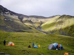 """La traversata Omalo-Shatili nel #Caucaso georgiano è un classico eppure è montagna vera.Nessuna strada, rari i villaggi uniti da sentieri da percorrere a piedi o a cavallo. Solo alcune delle case torri costruite nel medio evo sono diventate spartane """"guest house"""", le altre, vuote, conservano intatto il loro fascino primitivo, scuro e minaccioso. Grazie Vittoria, #tester #calzeGM per questa bella testimonianza #maifermi"""