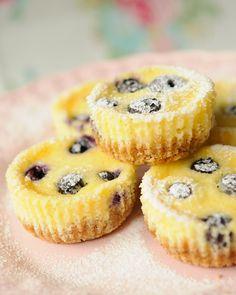 Baunilha e Caramelo: Mini Cheesecakes de Mirtilos e Limão