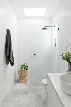 Bathroom tips, bathroom renovation, master bathroom decor and master bathroom organization! From claw-foot tubs to shiny fixtures, they are the master bathroom that inspire me probably the most. Minimal Bathroom, Modern Bathroom Design, Bathroom Interior Design, Modern Bathrooms, Simple Bathroom, Small Bathroom With Window, Bathroom Ideas White, Modern Small Bathroom Design, Small Narrow Bathroom