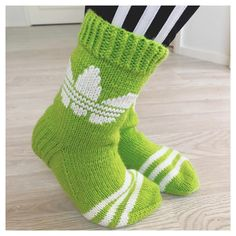 - ⓈⒾⓃⒾ - G r e e n 💚 . Knitting Socks, Sock Shoes, Handicraft, Mittens, Minecraft, Knit Crochet, Villa, Adidas, Crafts