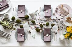 Coloca sobre la mesa de comedor los huevos decorados con musgo entre ramas secas.